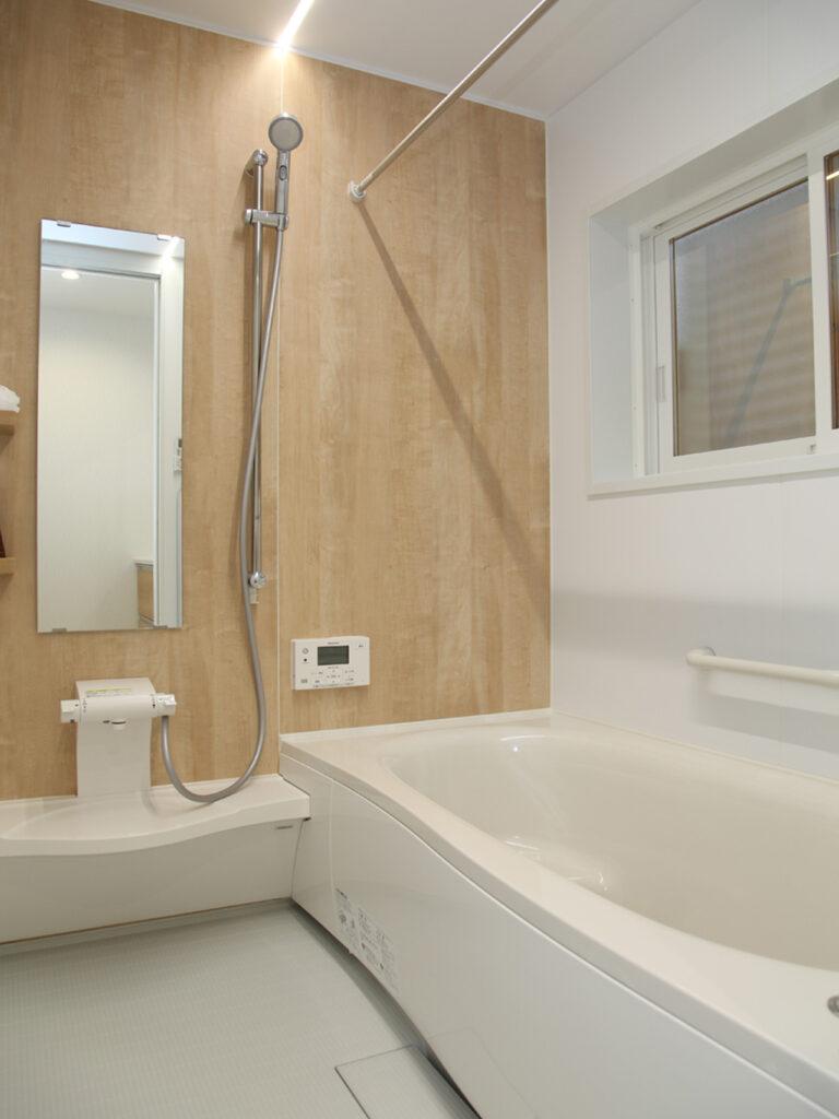 木目をあしらった浴室