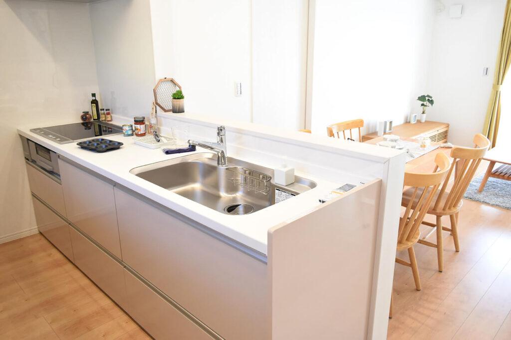 家事動線にも配慮した、使いやすい対面式キッチン。